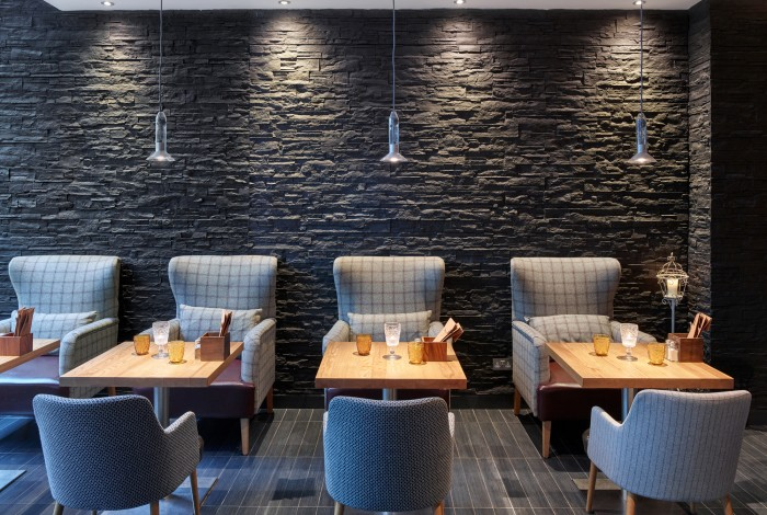 Strata-Black-In-Restaurant-Of-Hotel-Near-Tower-Bridge-London (1)