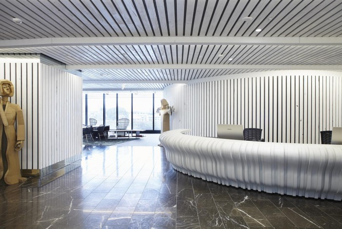 Supaslat-Panels-In-Driftwood-On-Walls-And-Ceilings-For-Office-Reception (2)